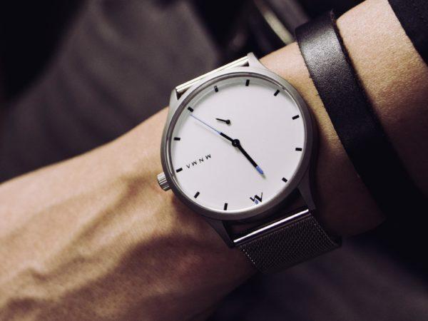 MNMA Armbanduhr mit hellem milanaise Band und hellem Ziffernblatt und Armband